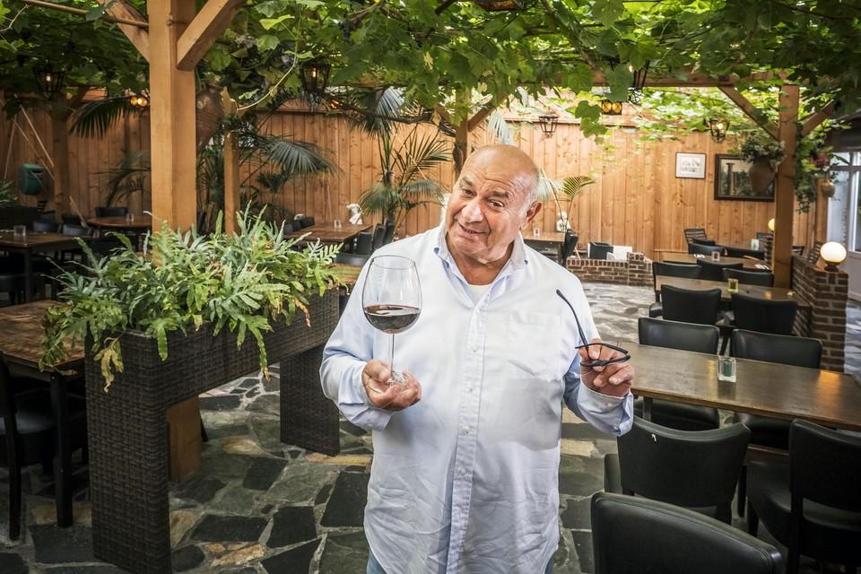 Raffaele Peluso heft het glas op zijn naderende pensionering, maar weet zeker dat hij zijn klanten gaat missen. ,,Ik moet onder de mensen zijn.''
