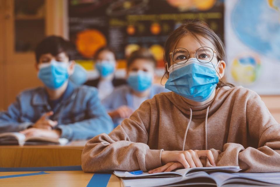 Middelbare scholieren in Engeland met mondkapjes in de klas.