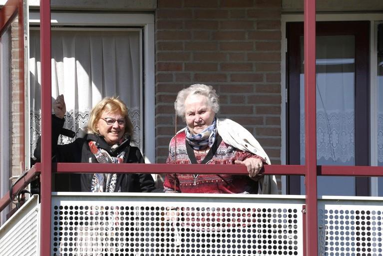 Bewoners Jozefpark Tuitjenhorn genieten van orgelklanken. Op hun eigen balkon, of op afstand van elkaar, want samen swingen is er vanwege het coronavirus niet bij