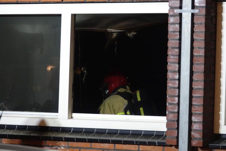 Brandweer blust brand in woning in Assendelft, bewoners niet thuis