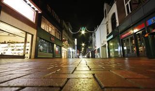 Het begin van de avondklok in Hilversum is een soort Oud en Nieuw, maar dan omgekeerd: geen geknetter en geknal, maar doodse stilte