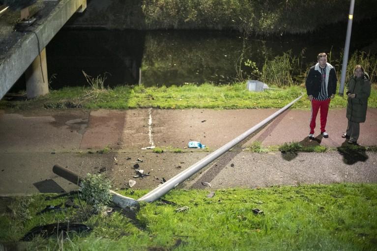 Taxi ramt lantaarnpaal en brug, bestuurder aangehouden