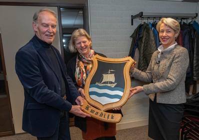 Acht Zeevang-dorpen nemen hun wapenschilden in ontvangst van burgemeester Lieke Sievers