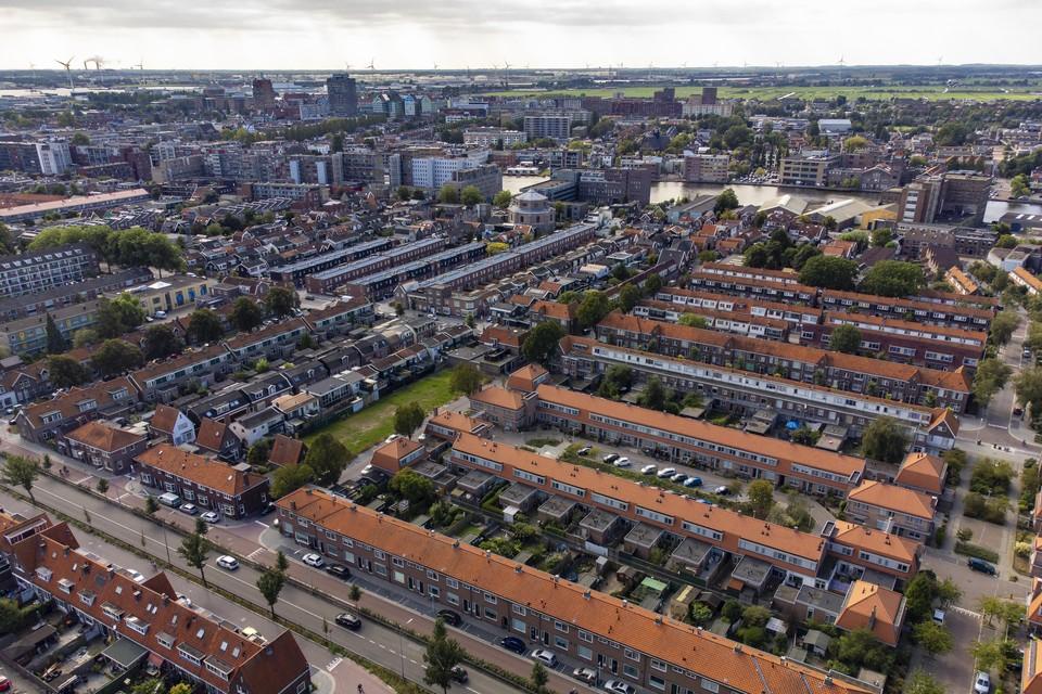 De Rosmolenbuurt, met in het midden de nieuwbouw aan de Belgischestraat. Aan de horizon het havengebied en het Noordzeekanaal.