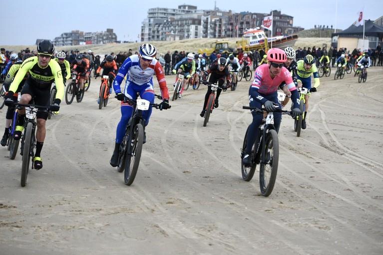 Sebastian Langeveld en Tessa Neefjes de snelsten tijdens Egmond-Pier-Egmond [video's]