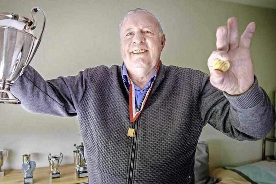 Heinz Stuy, die in drie opeenvolgende Europa Cup 1-finales niet werd gepasseerd, met een zilveren replica van de beker en zijn drie-keer-de-nul-gebaar.