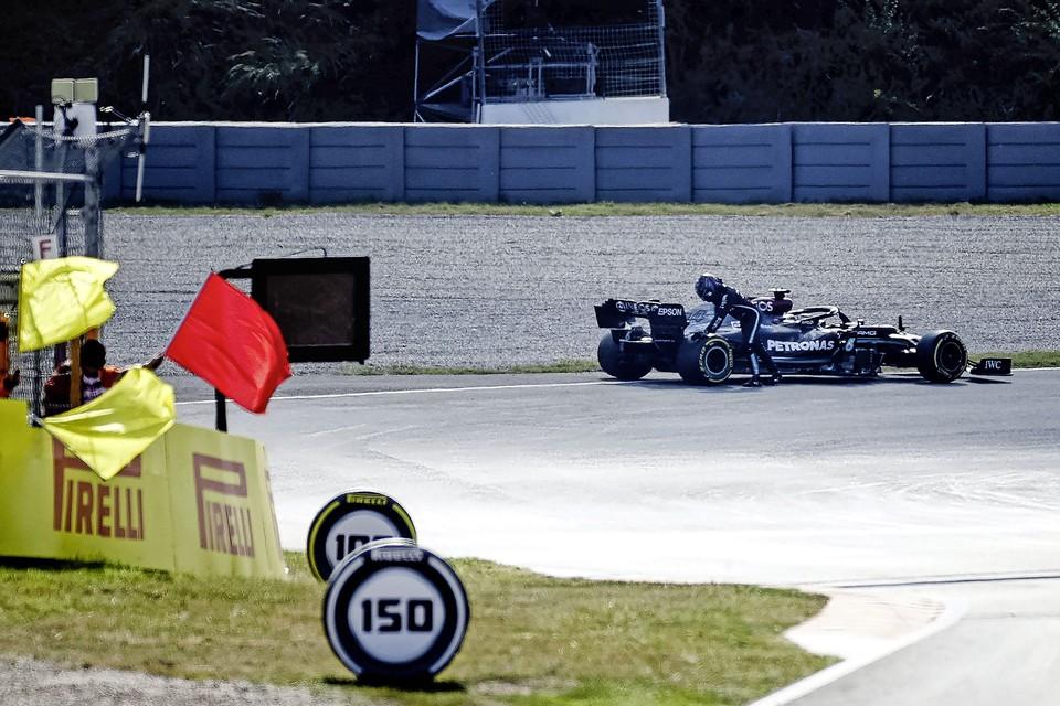 Lewis Hamilton (Mercedes AMG Petronas Motorsport) probeert zijn wagen van de baan af te drukken na pech tijdens de tweede vrije training op het circuit van Zandvoort.