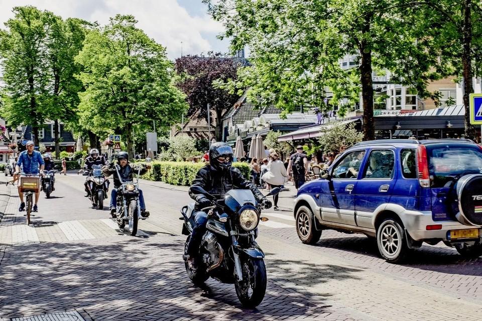 Motorrijders in het centrum van Bergen gooien regelmatig het gas even open.