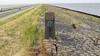 Historische fout wordt hersteld: grenspaal op Afsluitdijk stond jarenlang verkeerd om