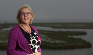 'Waar kom jij weg' vraagt Titia Lont als ze met deelnemers een rondje over Wieringen doet