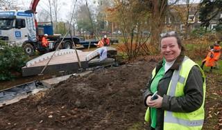 Facelift bijzonder Baarns Cantonspark in volle gang met plaatsing nieuwe brug; Met Aziatische bomen moet het een trekker worden zoals de populaire Engelse tuinen