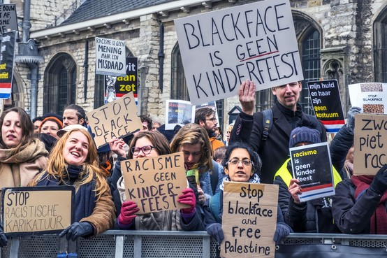 Intocht en anti-Zwarte Pietprotest in Alkmaar zonder incidenten [video]