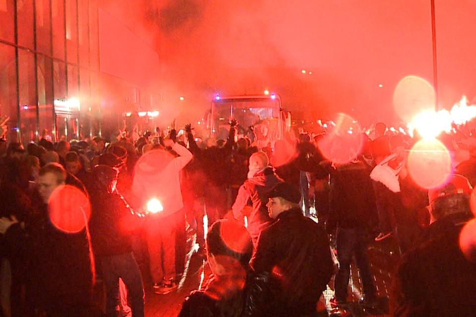 Fans met fakkels, zwaar vuurwerk en zangkoren in Alkmaar. Foto DNP.nu