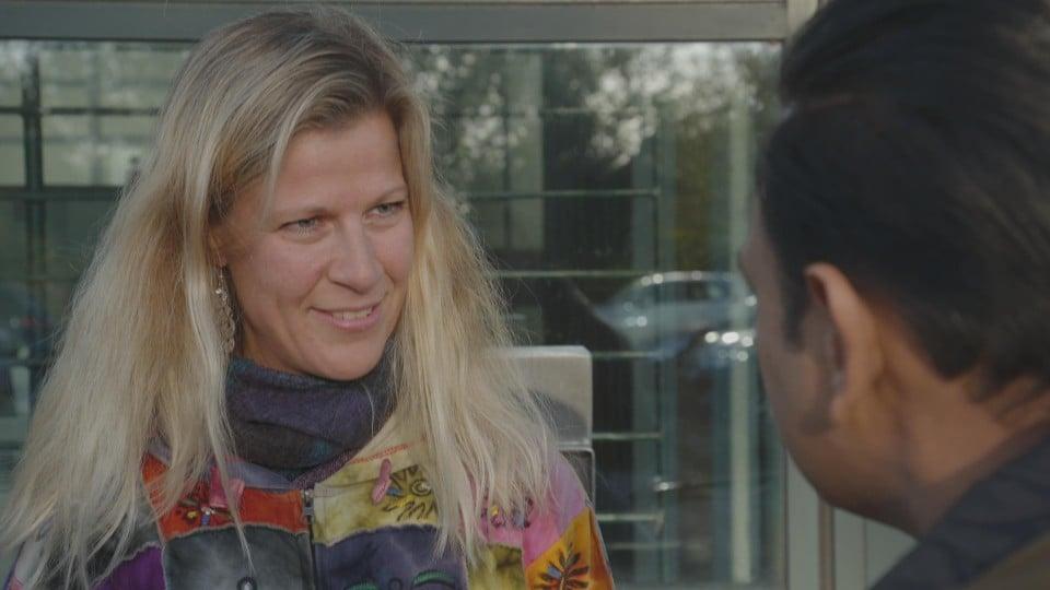 Jacqueline Beemsterboer praat met Narsingh Balwantsingh over haar gesprek met Gerold.