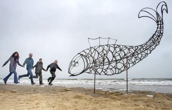 Kunstwerk Catch Fish vervangt Weeping Elephant bij strand Castricum