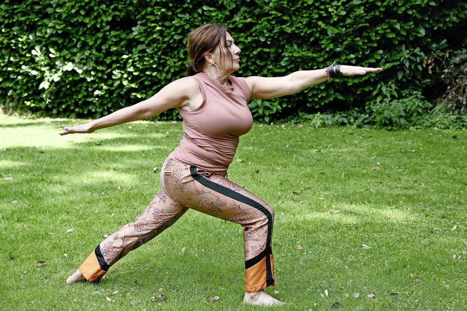 Loraine van den Broek uit Loosdrecht geeft sinds kort yogalessen aan Parkisonpatiënten.
