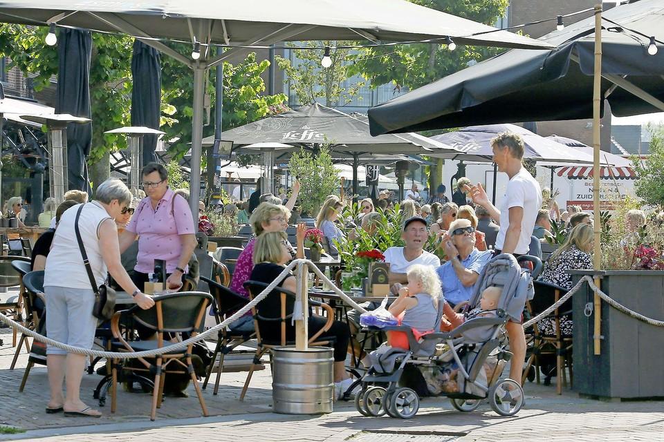 Drukte op de terrassen rond de Markt in Schagen.