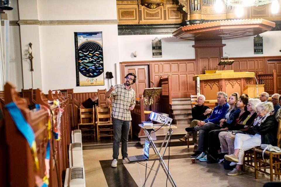 Ruben Terlou geeft een lezing/presentatie in de grote kerk in Schagen.