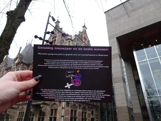 Vuurwerkvrouwen strijdbaar naar het Binnenhof. 'Leuke traditie niet om zeep helpen'