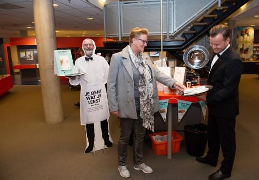 Ober Frank Kruit serveert leesvoer aan bezoekers bibliotheek