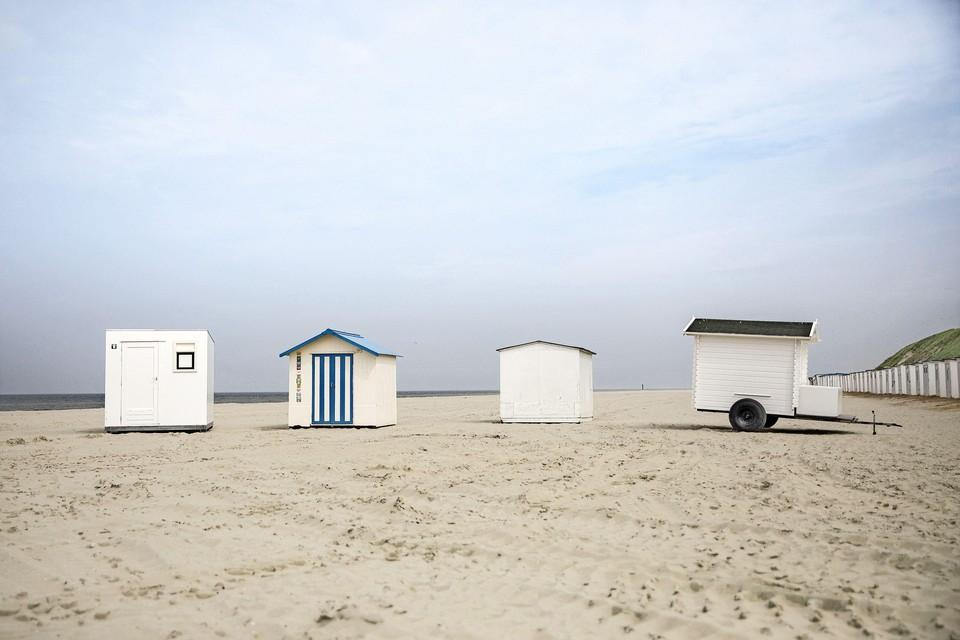 De strandhuisjes staan klaar voor een mooie zomer.
