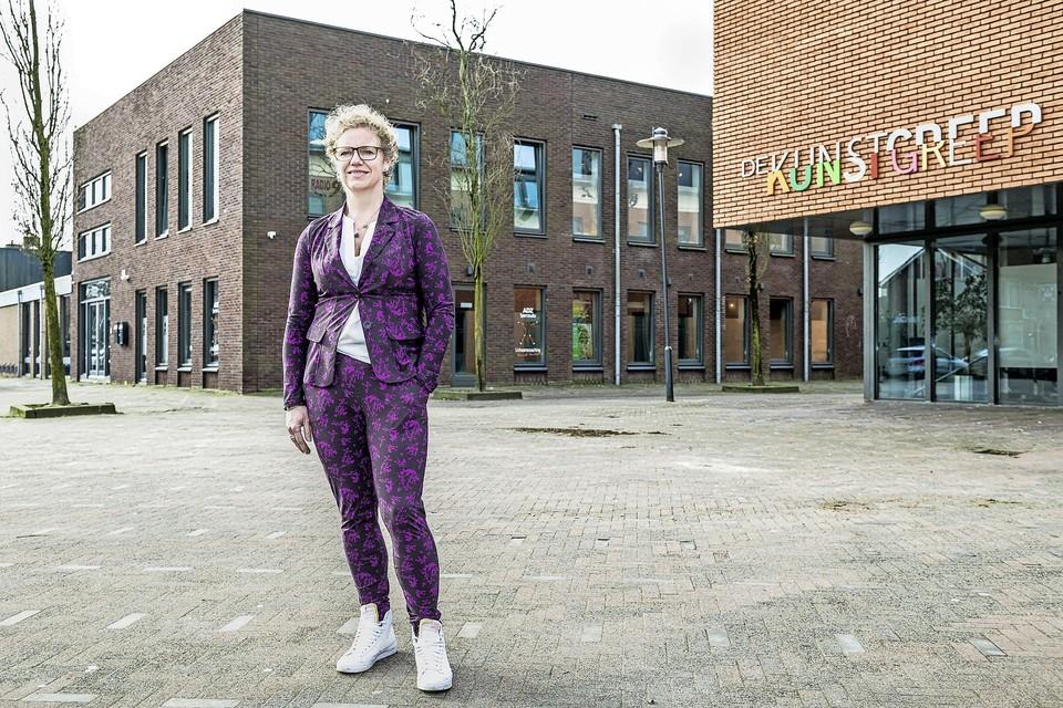 Monique Mulder op het plein achter haar sportstudio en het gemeentehuis waar eerst buiten mocht worden gesport.