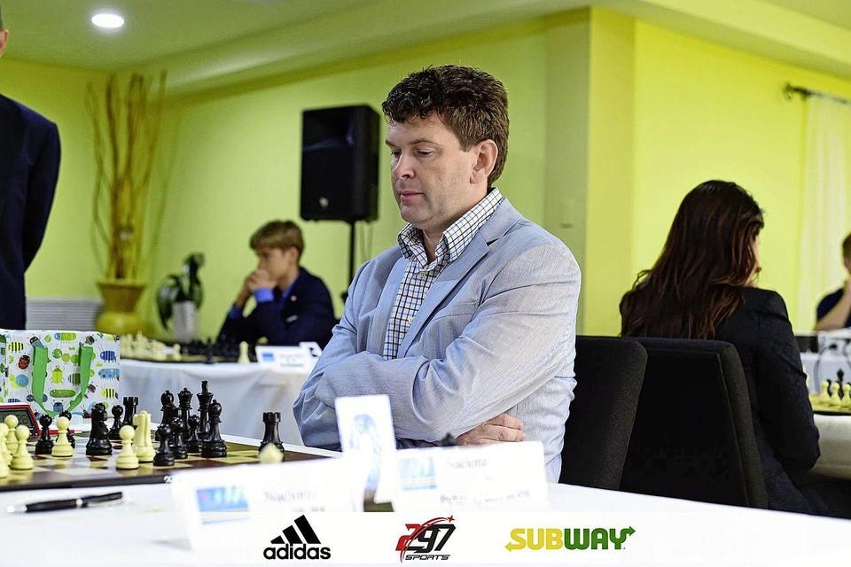 Peter van den Brink tijdens het Arubaans schaakkampioenschap.
