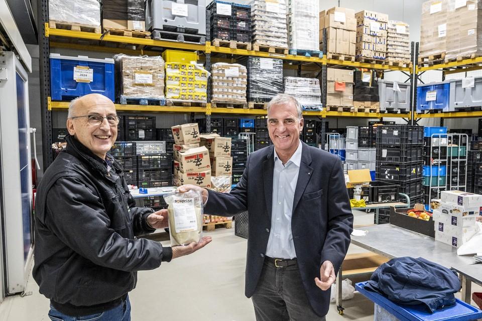 KSB-directeur Nico Gitz overhandigt symbolisch het eerste pak soep aan bedrijfsleider Hans Eijkemans van de Voedselbank.