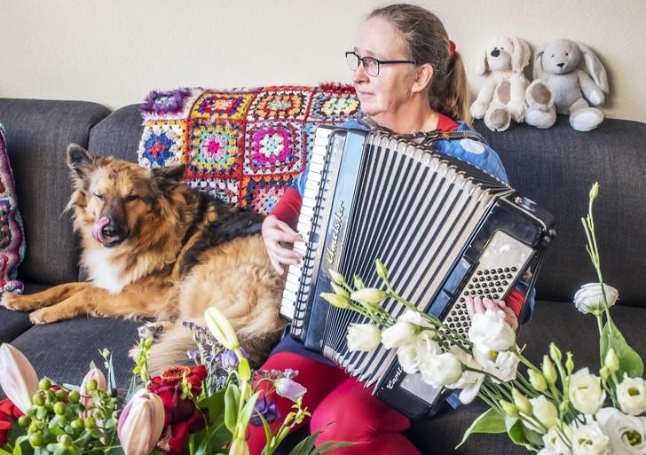 Voor een glimlach op het gezicht van de ouderen; Alkmaarse accordeoniste Yolanda Klingeler laat haar liedjes via een filmpje klinken in het verzorgingshuis [video]