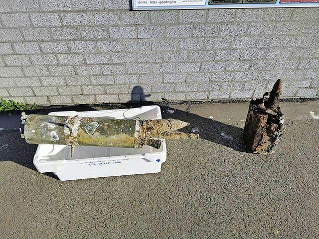 Roestige en verweerde explosieven op de kade.
