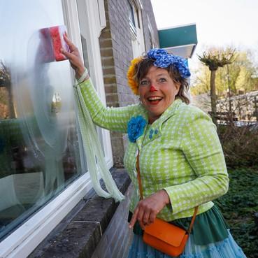 Clown Lela vrolijkt bewoners Nicolaas in Lutjebroek op zonder binnen te komen