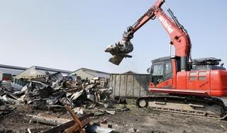 Brandschade Wit Flowerbulbs loopt in de miljoenen; sloopbedrijf Van Berkel gestart met opruimen van verbrande schuren [video]