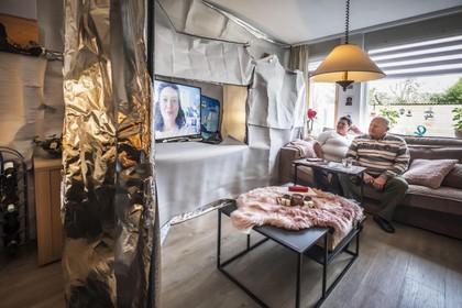 'Gegijzeld' in een huis van folie. Familie beplakt het interieur om straling en herrie van buurman buiten te houden
