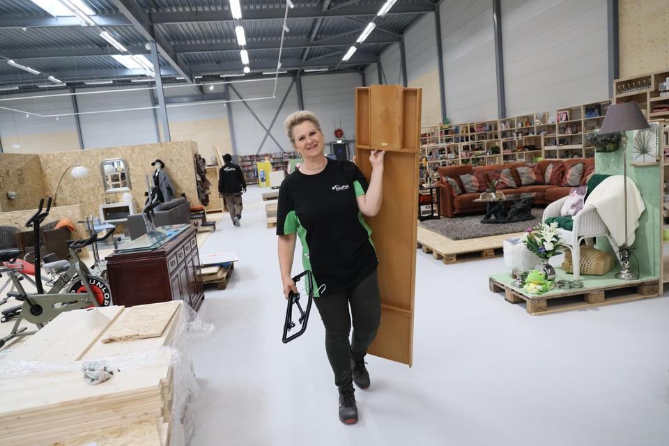 Waar medewerkers voorheen vooral achter de schermen in magazijn en werkplaats reparaties uitvoerden en sorteerwerk deden, zijn die in Zwaag juist heel zichtbaar anwezig.