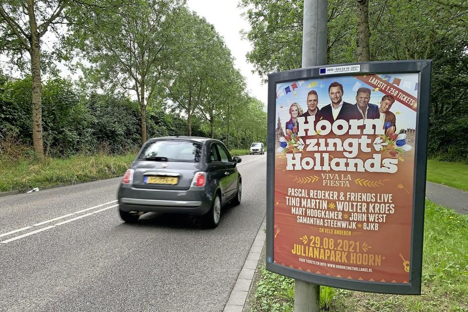 Poster voor Hoorn zingt Hollands langs de Hoornse IJsselweg.