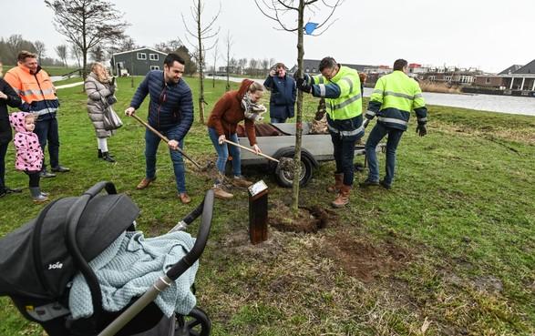 Ouders van de zes weken oude Isabel Euser planten de allereerste boom in het geboortebos van Medemblik