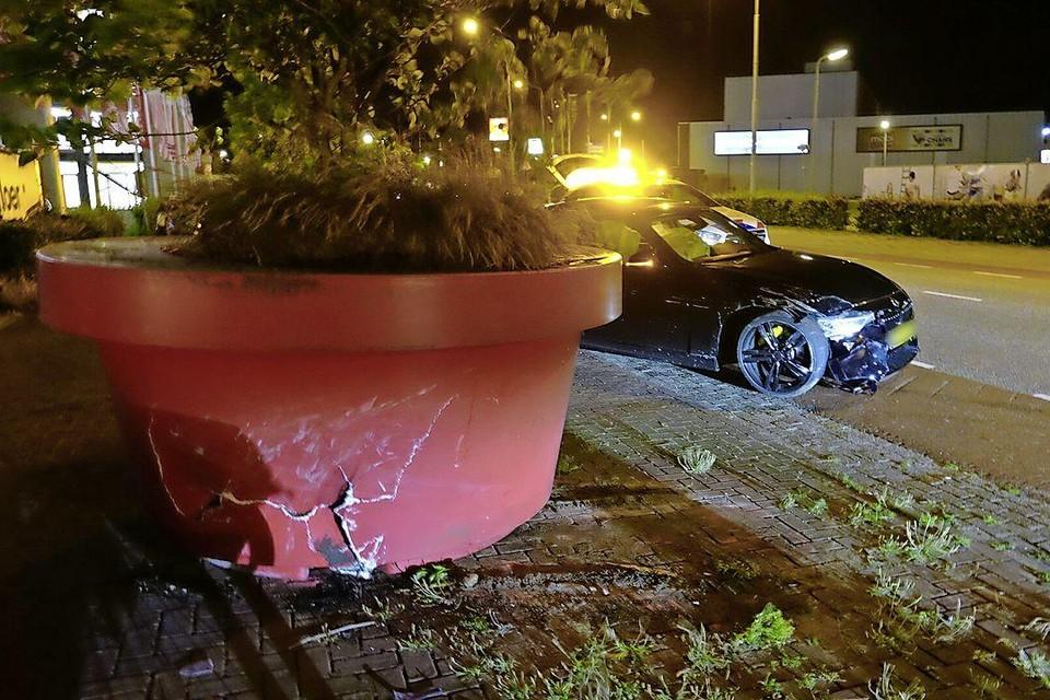 De bloembak en de auto, beide beschadigd.