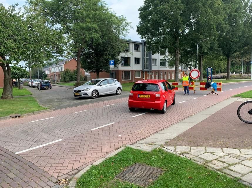 Autobestuurders die de Piet Smitstraat in Enkhuizen willen oprijden worden tegengehouden vanwege het sportevenement Ironman.