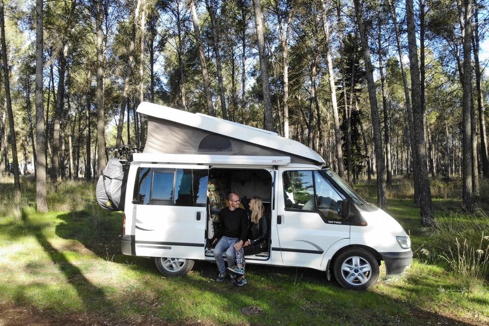 Adriaan Nicolai en Sandra Hauwert hebben hun appartement in Amsterdam voor een jaar verhuurd en reizen sinds begin november in een busje door Europa.