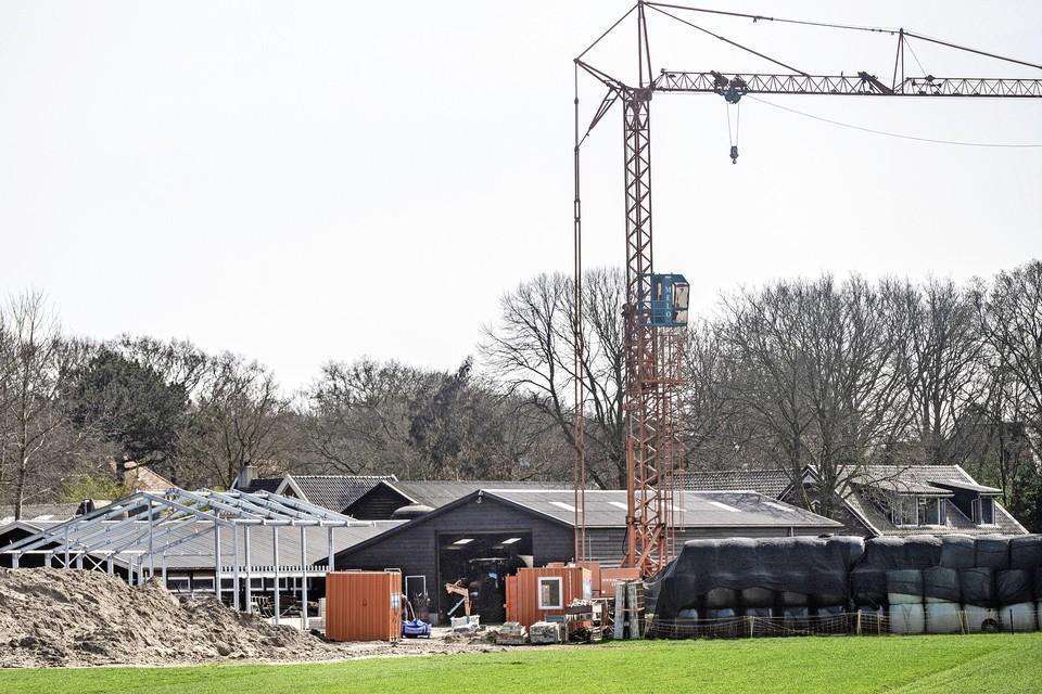 Op het erf van boerderij Westerhoeve in Santpoort-Zuid komt een nieuwe stal voor de jonge koeien.