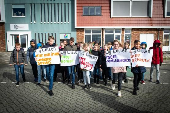 'Schoolplein van De Koningsspil in Oosthuizen is veredelde parkeerplaats'