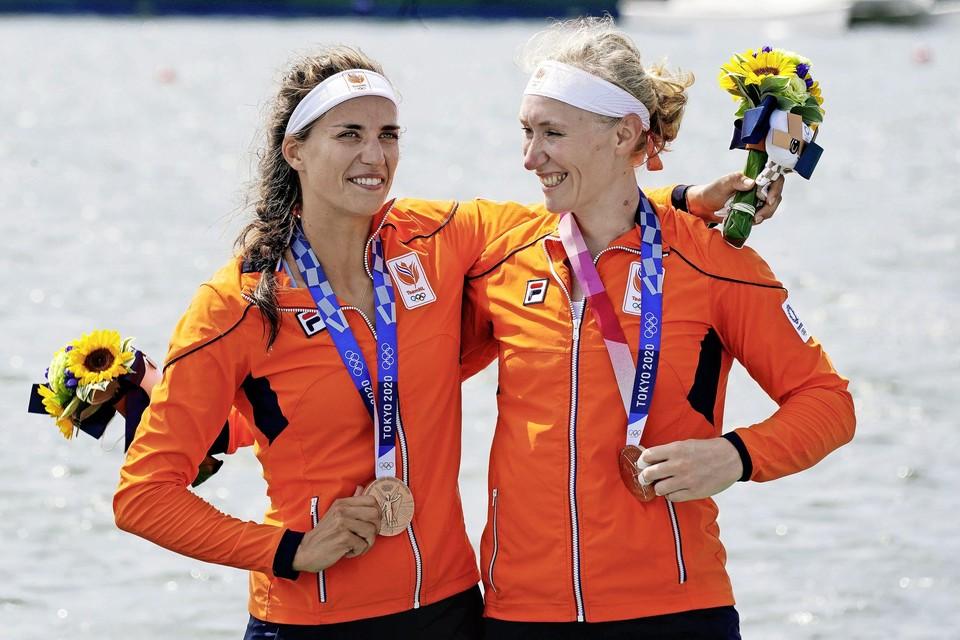 Roos de Jong (l) en Lisa Scheenaard.