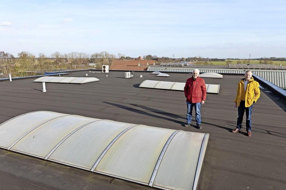 De initiatiefnemers van 'Ilpendam-Zuid', Leendert Wals (rechts) en Piet Hofman, op het dak van autobedrijf Jan Wals.