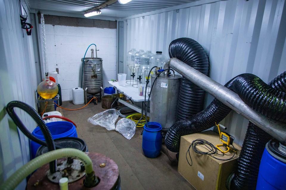De grondstoffen die worden gebruikt voor drugsproductie en chemische processen die in een drugslab plaatsvinden, kunnen acuut gevaar opleveren.