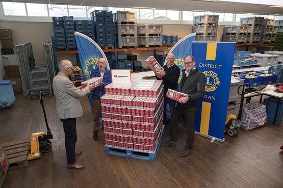 2000 pakken koffie, ook 'n bakkie leut voor cliënten Voedselbank Zaanstreek