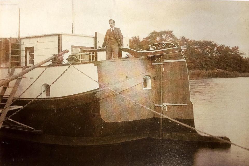 Wijnand Nieuwenkamp op zijn schip De Zwerver.