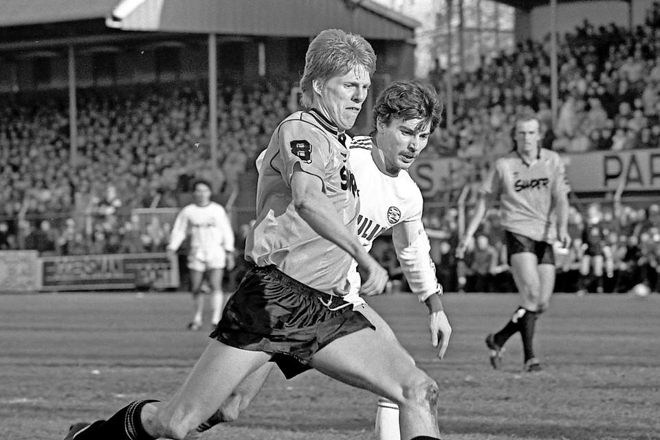 Johan Steur passeert Jan Heintze van PSV.