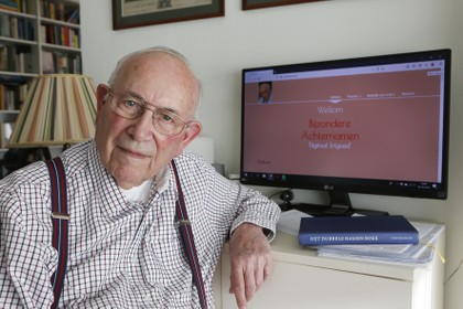 Hupkes verzamelt juweeltjes van rare achternamen zoals Quackelbeen, Van Hugenpoth van den Beerenklauw en Poepjes. Site van 91-jarige is nu digitaal erfgoed