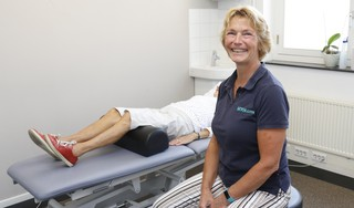 Zere schouders, stijve nek; een half jaar thuiswerken eist z'n tol, merkt fysiotherapeut Carla Vreeman; 'Het gaat heel sneaky, al die extra uren werken'