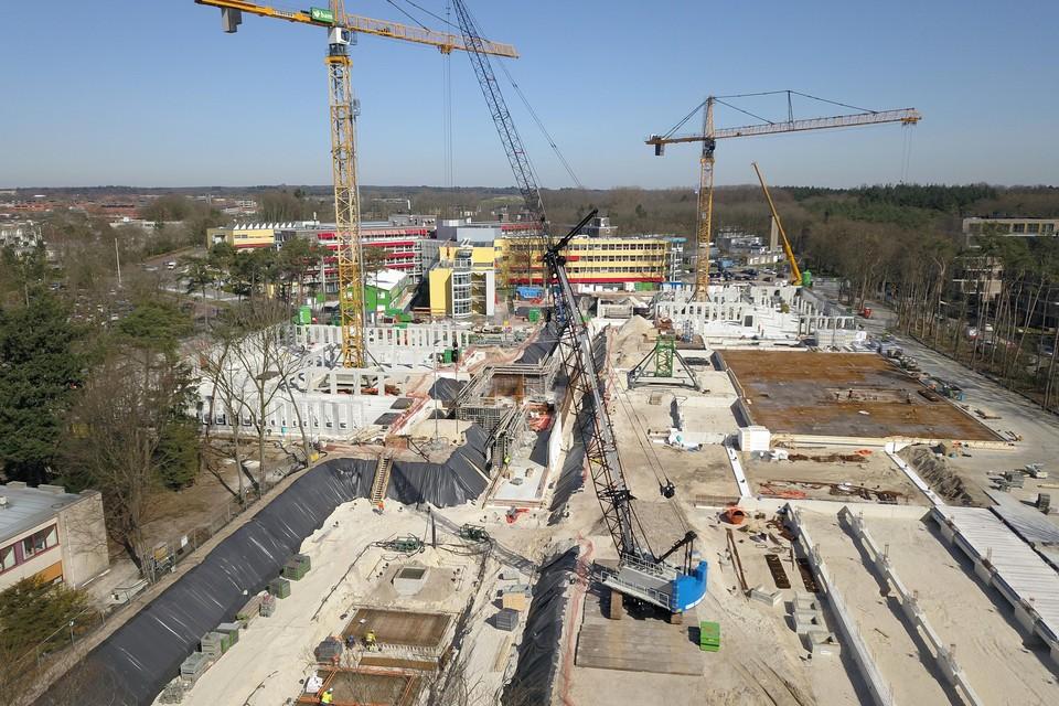 Terwijl in de oudbouw de strijd tegen corona gevoerd wordt, gaat vlakbij de bouw van het nieuwe ziekenhuis in volle vaart verder.